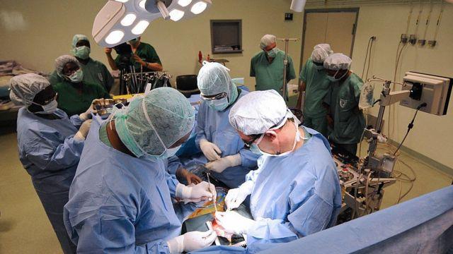 Cirujanos operan a un paciente.