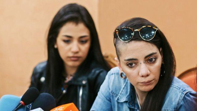 Xanım Rico (sağda) İspaniyaya müvəqqəti viza ilə buraxılan qız dostu ilə evlənə biləcəyinə ümid edir