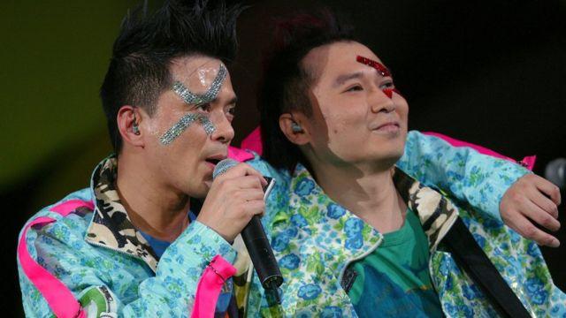 黄耀明(左)与刘以达(右)在九龙红磡香港体育馆举行演唱会(9/12/2004)