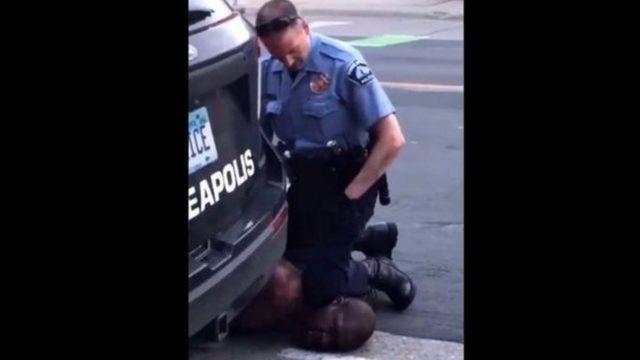 No vídeo da prisão de Floyd, Derek Chauvin é visto com o joelho no pescoço do homem negro.