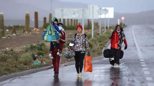 Una familia venezolana migrante camina en la frontera entre Chile y Bolivia.