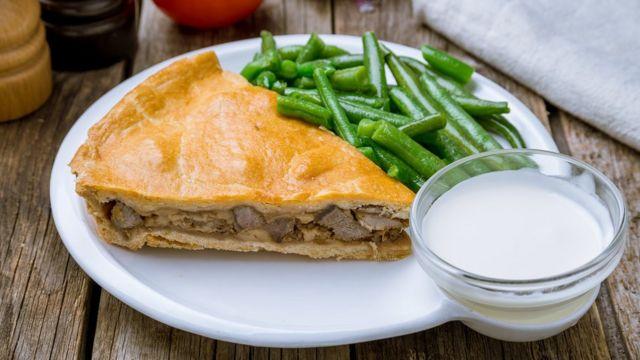 Пирог с зеленой фасолью и белым соусом