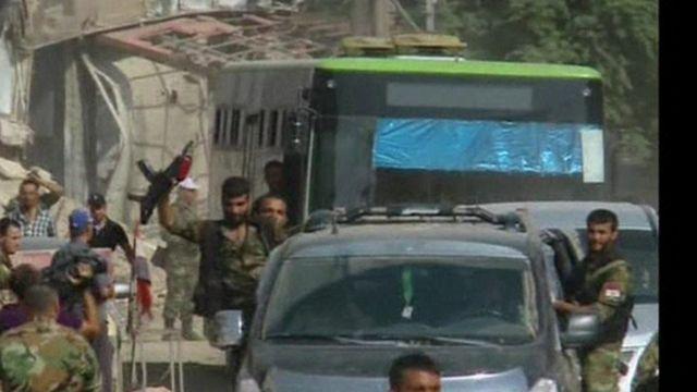 Rebels and civilians leave Darayya, Syria