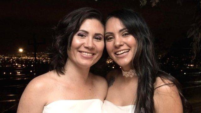 Alexandra Quiros (L) y Dunia Araya (R)