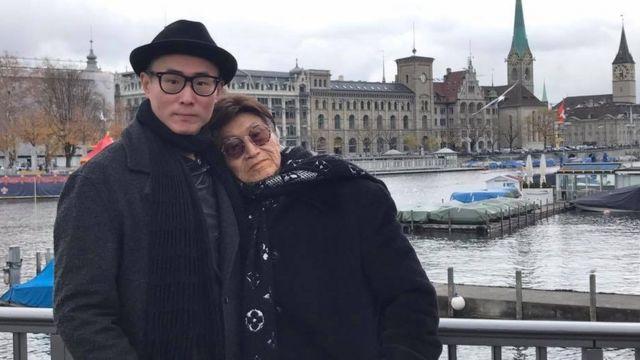 傅達仁在瑞士與兒子合影。