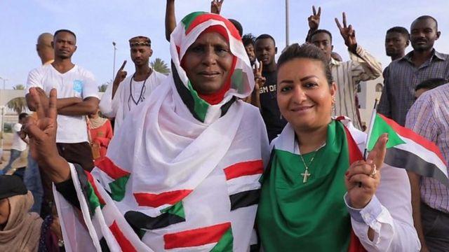 Wata mata da jikarta tare da wssu matasan Sudan