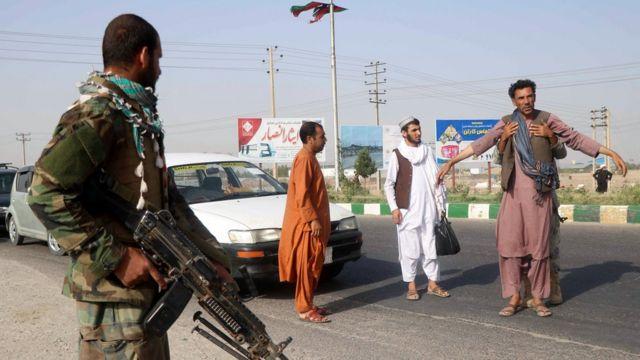 Herat'ta Afgan Ulusal Ordusu'nun oluşturduğu kontrol noktası