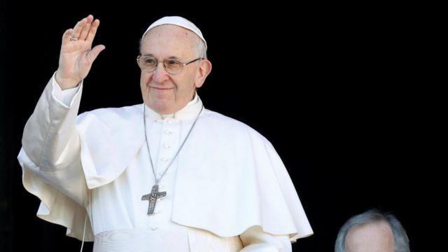 Paus Fransiskus menyampaikan pesan Natal di Basilika Santo Petrus, Vatikan.