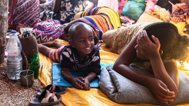 طفلان من بين آلاف اللاجئين الذين فروا من القتال الدائر في إقليم تيغراي الإثيوبي يعيشان في مخيم أم راكوبا في السودان.