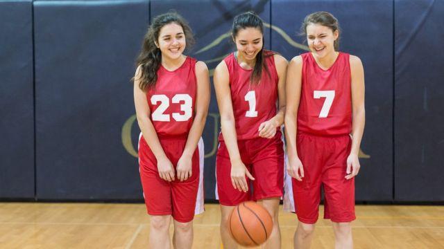 Três adolescentes participam de equipe de basquete