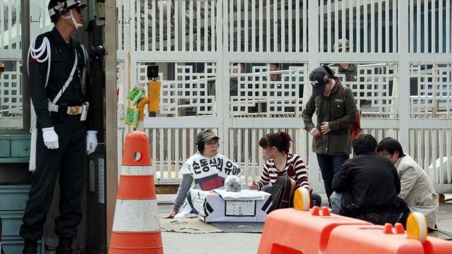 为了使父亲生前的身份得到认可,孙明花在韩国进行了一年多的示威活动。