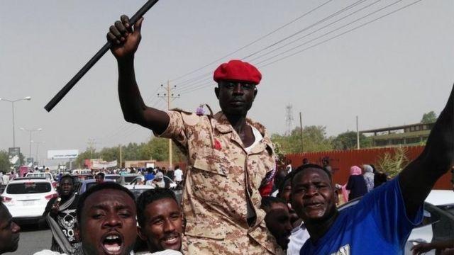 جندي سوداني ينضم للمتظاهرين