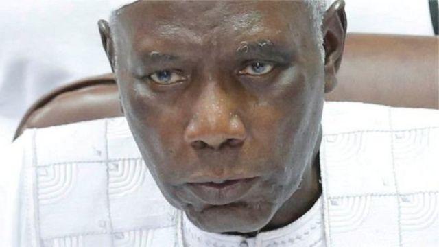 Alieu Momar Njie, proclamé les résultats qui donnent Adama Barrow vainqueur avec 43,2% des voix.