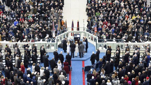 宣誓して就任するトランプ新米大統領