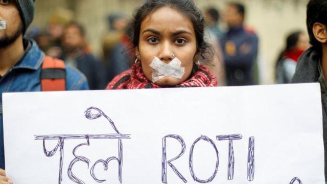 दिल्ली के जंतर-मंतर पर प्रदर्शन के दौरान एक युवती