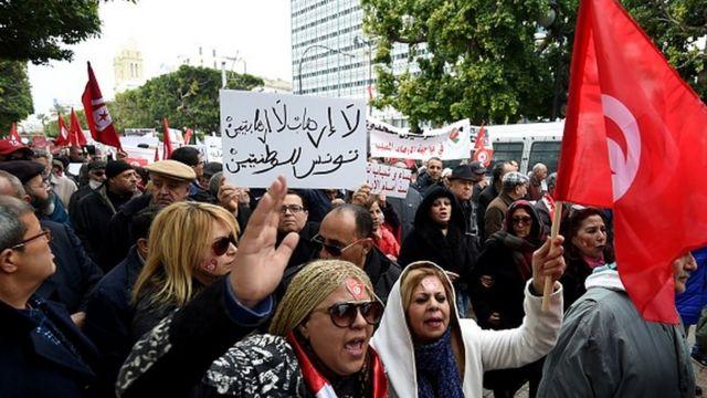 Des milliers de personnes marchant ce dimanche sur l'avenue Habib Bourguiba à Tunis en contestation contre le retour des djihadistes