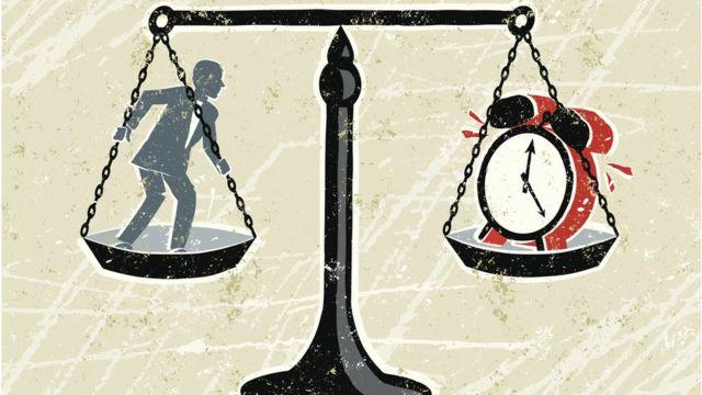 Ilustração mostra um homem e um relógio na balança