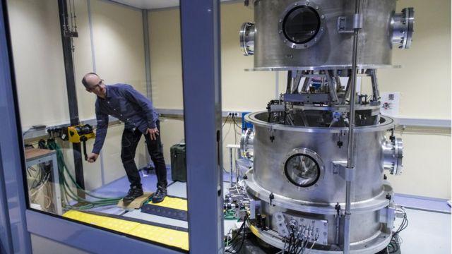 Cientista usa uma balança de Kibble (ou de Watt)