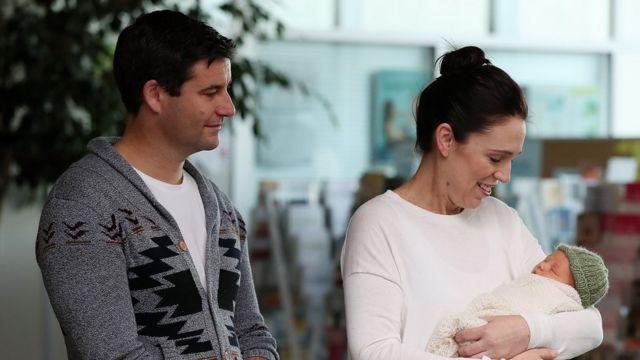 Jacinda Ardern ve erkek arkadaşı Clarke Gayford ve kızları Neve
