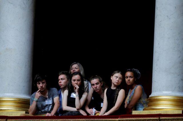 Шведская климатическая активистка Грета Тунберг и ее соратники в галерее парламента Франции