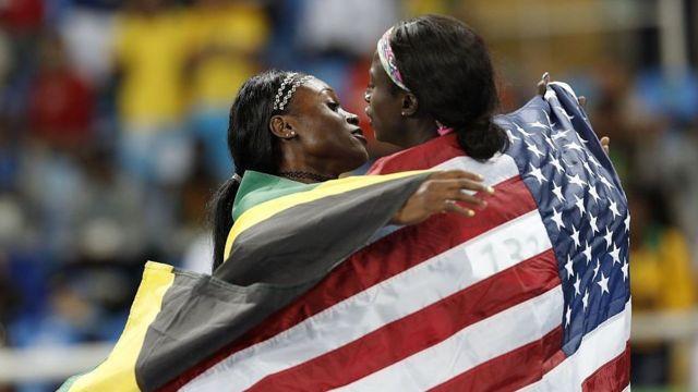 La medallista de oro Elaine Thompson de Jamaica abraza a la ganadora de plata Tori Bowie de EE.UU. después de los Juegos Olímpicos de Río 2016 en la final de 100 metros femeninos.