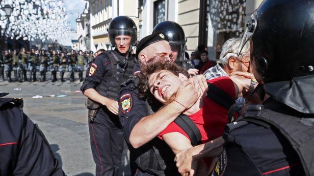 Полицейские жаловались на стресс и переработки из-за массовых протестов в Москве