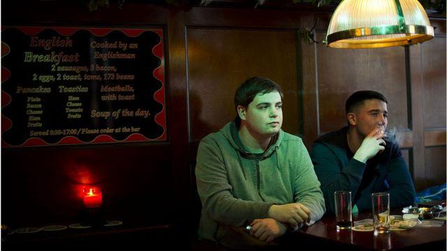 Dos jóvenes fuman cannabis en un coffee shop de Ámsterdam.