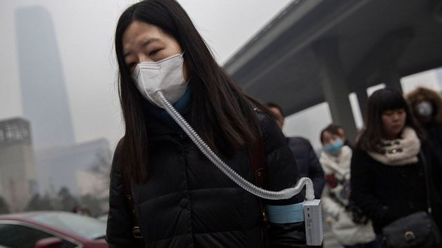 Mujer con un barbijo en China.