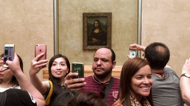 People taking selfies with the Mona Lisa