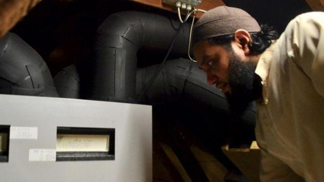 يشارك سيف محمد في تجربة لنظام تدفئة مصمم لإعادة تدوير الهواء الدافئ الصاعد من داخل المنزل ونقله إلى الغرف التي تحتاج لتدفئة