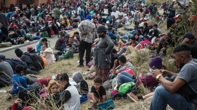 Migrantes de la caravana descansan en la frontera entre Guatemala y Honduras.