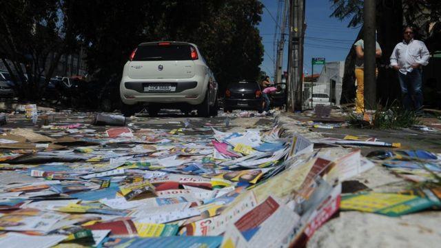 Santinhos espalhados pelo chão na eleição de 2014, em Brasília