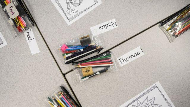 Школьные столы с именами детей.