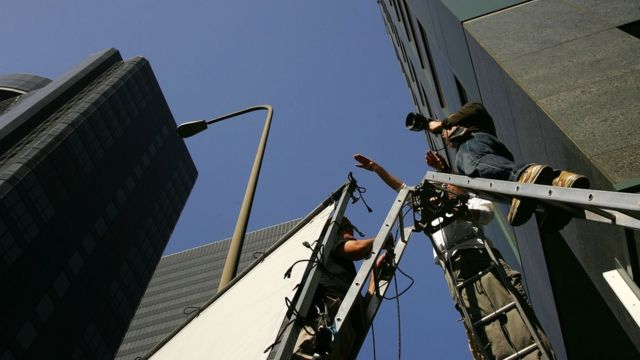 Рабочие готовят камеру к съемке
