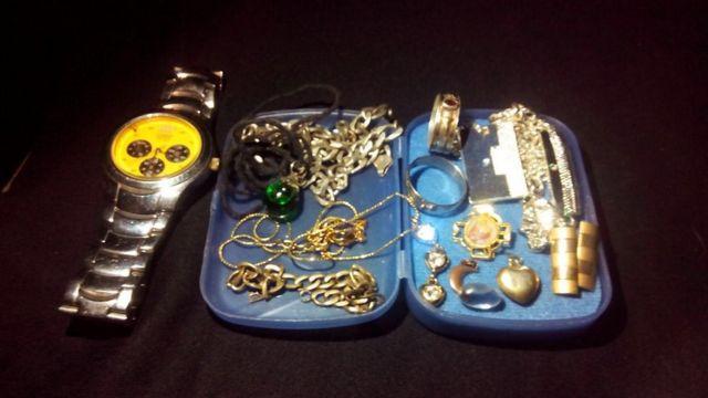 Objetos de mujeres encontradas por la policía.