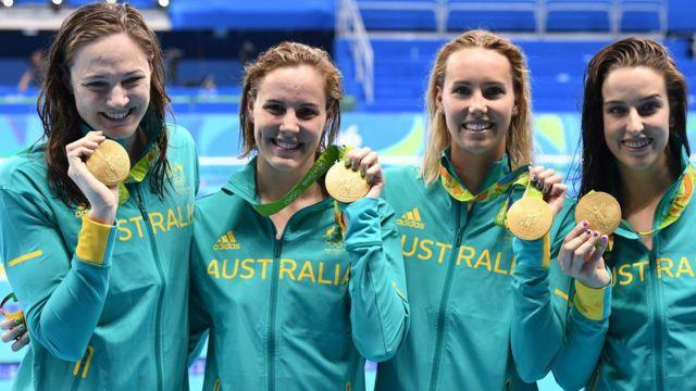 El equipo australiano de 4x100 metros estilo libre con sus medallas de oro