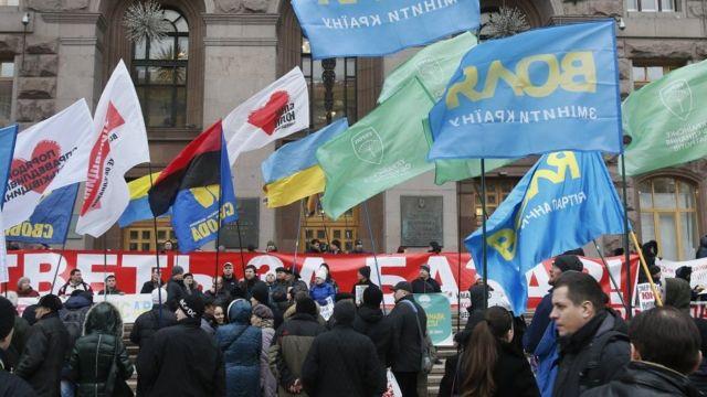 Флаги партий на акции протеста в Киеве