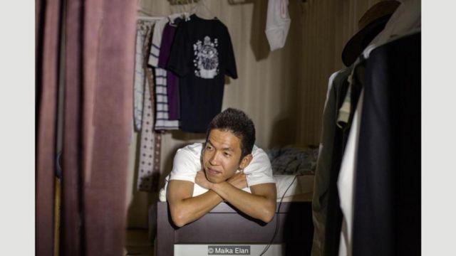 Dalam seri foto potret karya Maika Elan ini, kita melihate Ikuo Nakamura, 34, seorang hikikomori yang mengunci diri di kamarnya selama tujuh tahun.