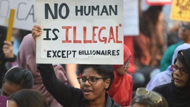 दिल्ली-जगह: ''कोई इंसान अवैध नहीं है...सिवाय अरबपतियों के''