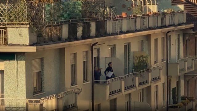 Cantora de ópera cantando da varanda em Turim