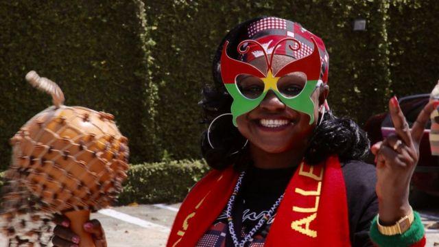 """Alice Koné soutient activement les Étalons. Trésorière de l'UNSE, elle prend son rôle de supportrice très au sérieux allant jusqu'à remporter le titre de """"meilleure fan"""" du jour"""