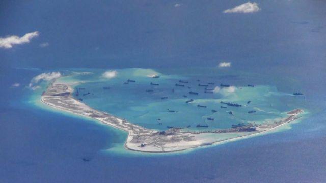 Vista aérea de un arrecife de las disputadas islas Spratly, donde supuestamente barcos chinos están trabajando.