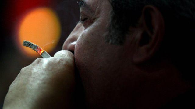 رجل يدخن سيجارة