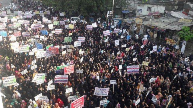 सूरत में मुस्लिम महिलाओं का प्रदर्शन