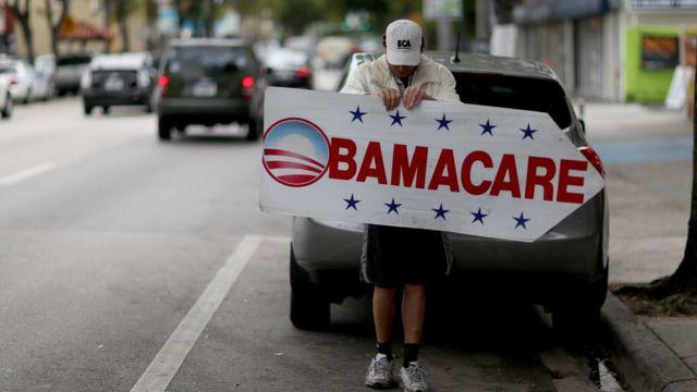 Человек со знаком Obamacare