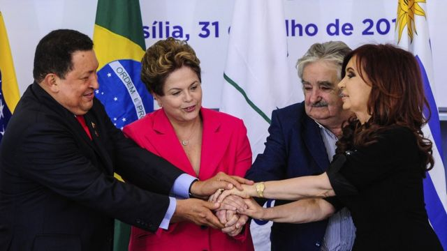 Hugo Chávez, Dilma Rousseff, José Mujica y Cristina Fernández se saludan en una reunión del Mercosur.