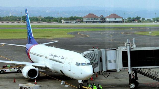 Una foto de 2009 de un avión de Sriwijaya Air en la pista de aterrizaje en el aeropuerto de Yakarta.
