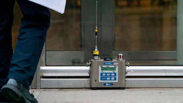 Un dispositivo con una antena puesto en el piso a la entrada de la corte federal de Brooklyn.