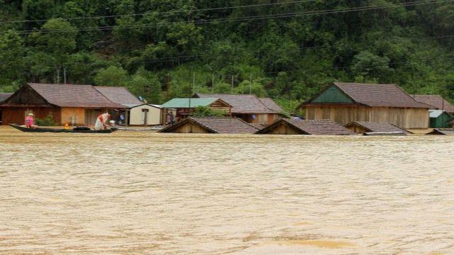 Mưa lũ ngập ngang mái nhà ở Quảng Bình trong hôm 8/10 vừa qua.