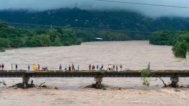 Crecida de un río en Honduras por Eta